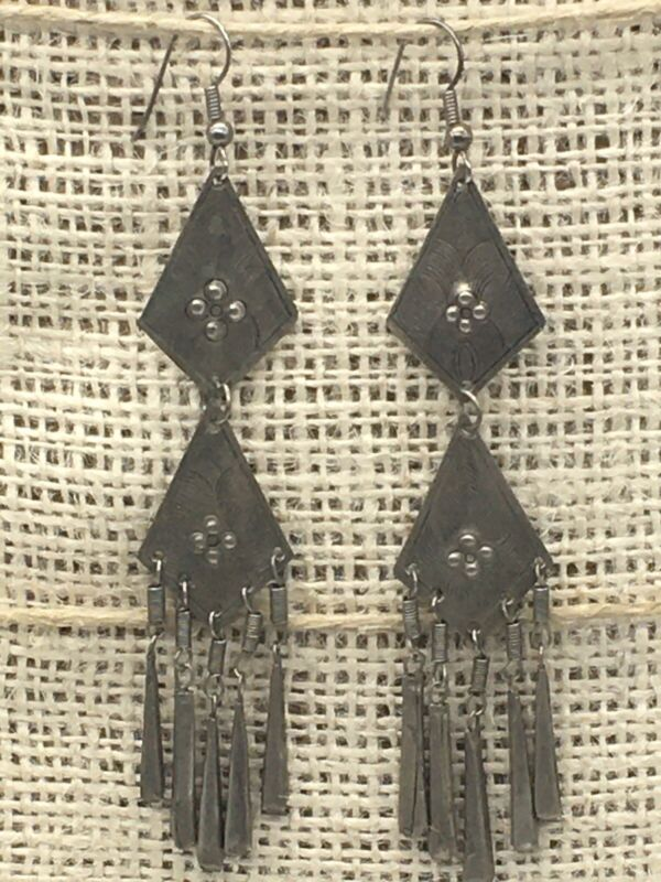 VINTAGE BOHO FLORAL ETCHED SILVER TONE LONG DANGLE PIERCED EARRINGS