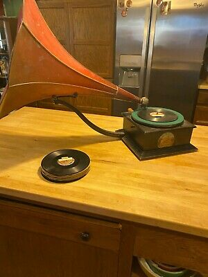 "1906 ""Busy Bee Grand Disc"" Phonograph Gramophone - With A Dozen Original Records"