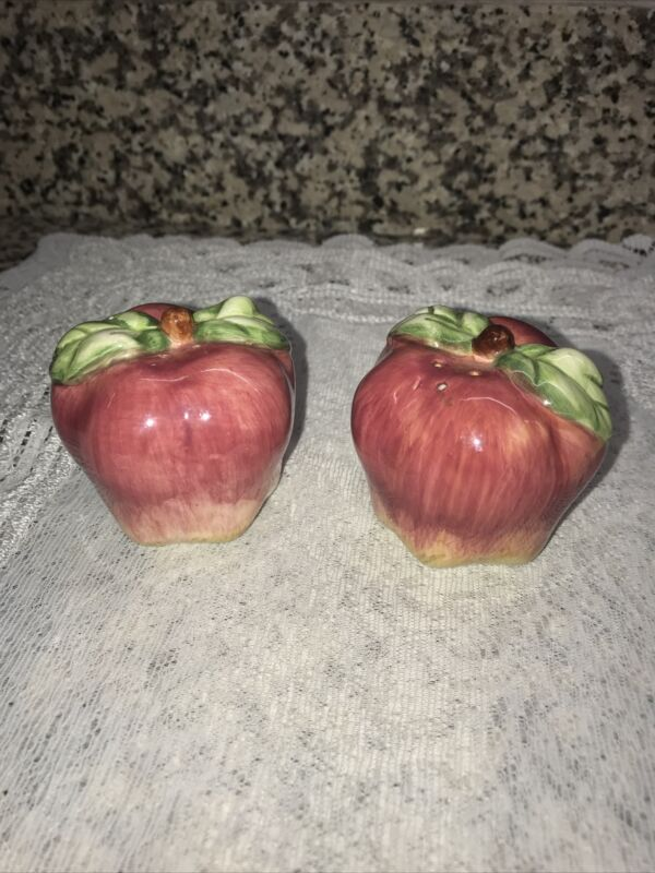 """S&P~Apples Salt And Pepper Shakers Unbranded 2"""" Adorable🍎"""