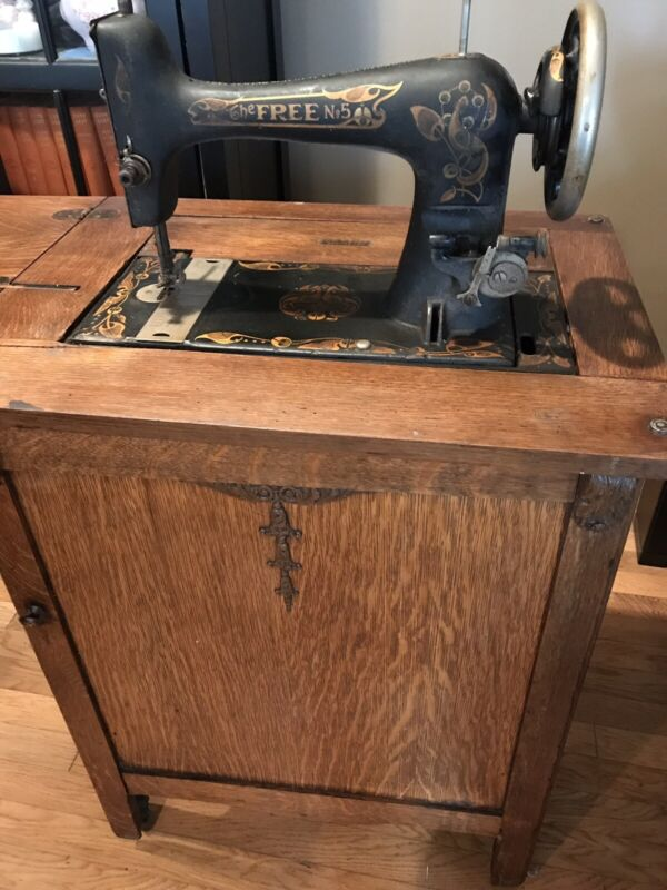 Vintage Antique  Free No.5 Sewing Machine in Oak Cabinet