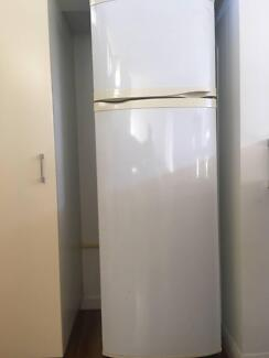 !! URGENT !! Cheap 268L Whirlpool Top mounted Fridge Freezer