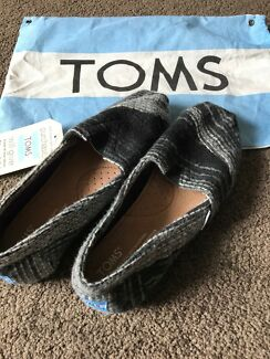 TOMS shoes size womens 6