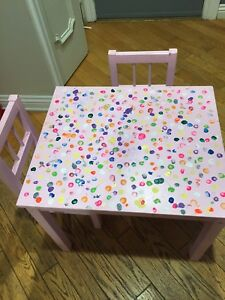 Kids table and 2 chairs / Table et 2 chaises IKEA