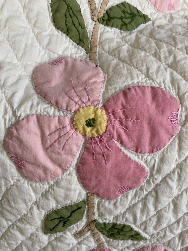"""Antique Quilt Dogwood Pattern Cotton Applique' ca 1940's  70' X 88"""""""