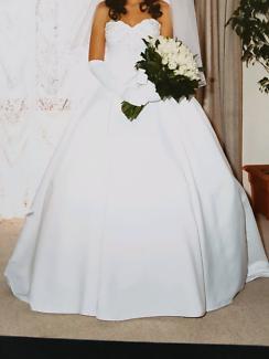 Stunning satin wedding dress Size 6-10