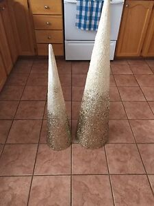 Set of gold glitter accent cones