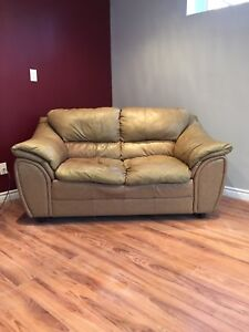 <<<<<Gorgeous leather love seat >>>