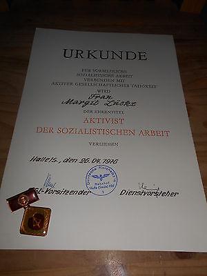 Urkunde mit Abzeichen DDR Reichsbahn Halle 1976 Aktivist der soz. Arbeit