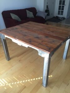 Table industrielle en bois de grange 200$