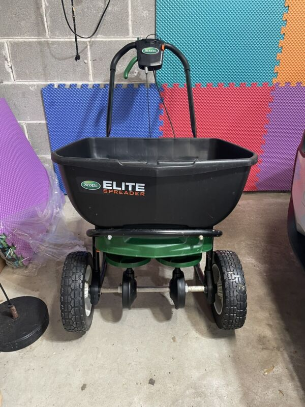 Scotts 75902 Plastic 30 lbs. Capacity Broadcast Spreader 72 W in. for Fertilizer