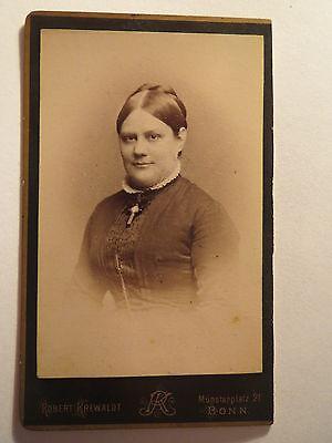 Bonn - Frau im Kleid mit Kreuz-Kette - Portrait / CDV