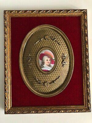 cuadro con marco dorado con esmalte de mosquetero en ovalo de bronce