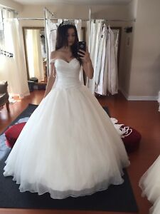 BEAUTIFUL WEDDING GOWN SIZE 0-2