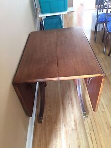 Duncan phyfe Folding table with 4 harp back chairs