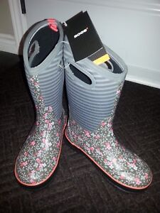 Brand New Winter Bogs - sz 5 (youth)