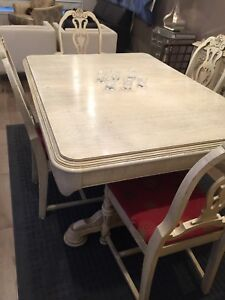 Solid Wood Antique Dining and 6 Chairs/Salle a Manger