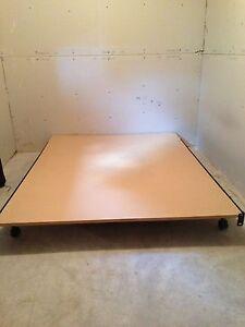 Base de lit en métal avec planche de bois
