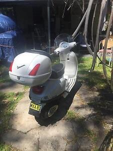 White VESPA - LX 150cc fully serviced - 6 months rego - Lane Cove North Lane Cove Area Preview