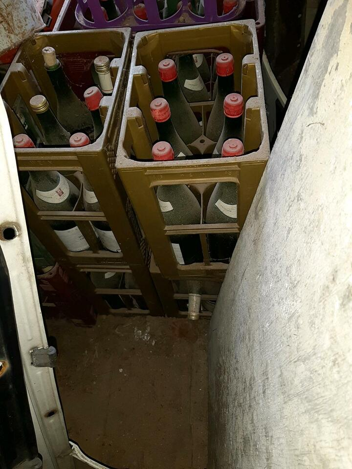 Diverse Weinflaschen mit Kasten leer in Bad Klosterlausnitz