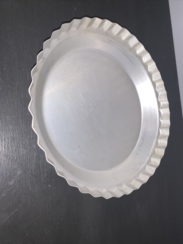 """VTG WEAR-EVER #2865 10""""X 1 3/4 FLUTED ALUMINUM  PIE PAN MADE  IN THE  USA"""
