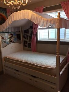 Canopy bedroom set from the brick