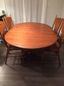 Table de cuisine avec chaises