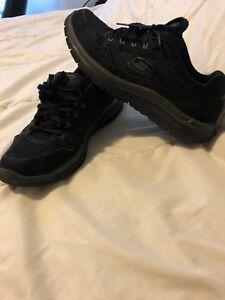 Black running shoes - sketchers