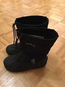 Kamik black winter boots for boys. Size 4.