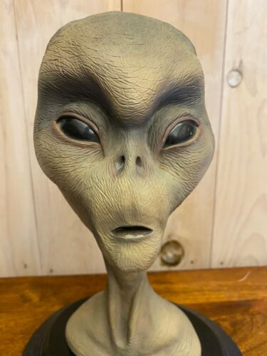 THE GREY REAL ALIEN BUST BY THE BEAR DEN LTD. BRANDSTATER DESIGN WITH ORIG. BOX!