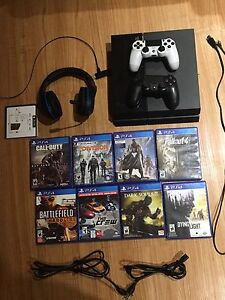 PS4 500gb 2 controllers turtle beach headset