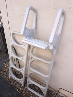Above ground pool ladder