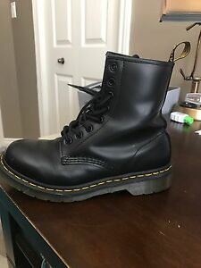 Ladies Dr Martens 1460 8-eye black leather boots-size 7