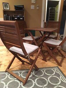 Table et chaises extérieures