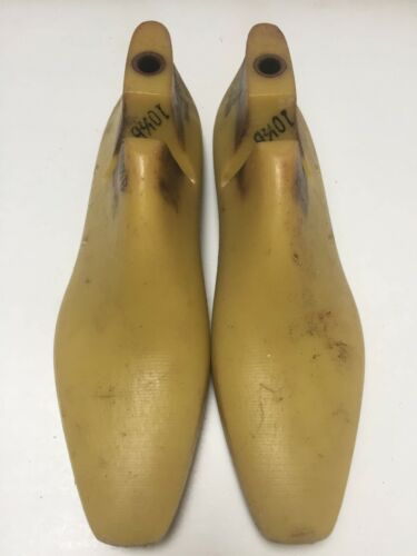 VINTAGE PAIR OF SIZE 10.5 B SHOE LASTS FROM JONES & VINING OF MOLDED PLASTIC