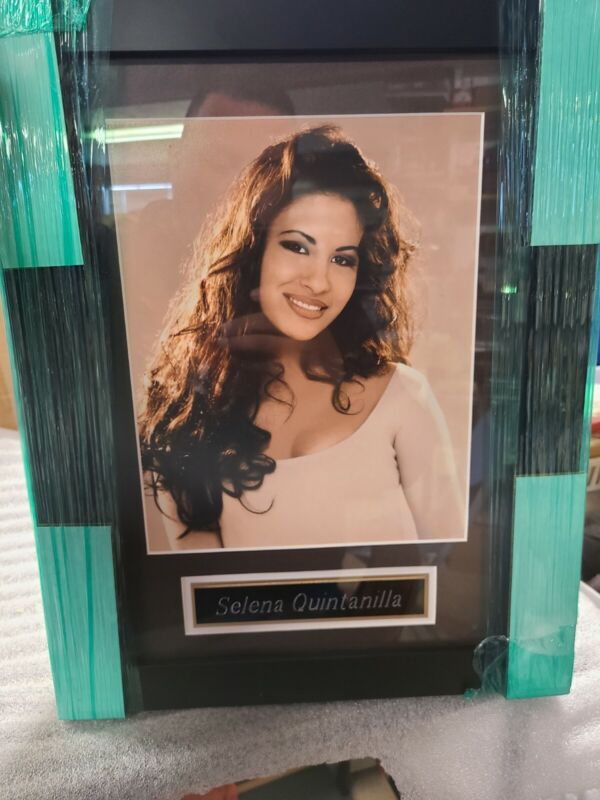 8X10 FRAMED WITH NAMEPLATE SELENA QUINTANILLA