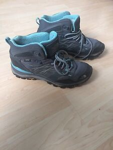 New Northface hiking boots (size 9)