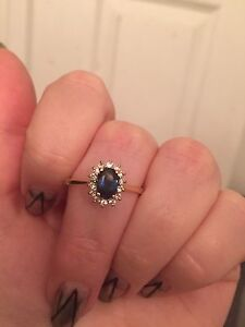 Gorgeous sapphire and Diamond Halo ring 14k yellow gold