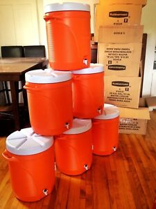 10 Gallon Rubbermaid beverage dispenser (Gatorade sport style)