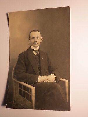 auf einem Stuhl sitzender Mann im Anzug - ca. 1920er Jahre / Foto ()