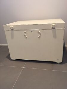 X-Large vintage storage box. Summerland Point Wyong Area Preview