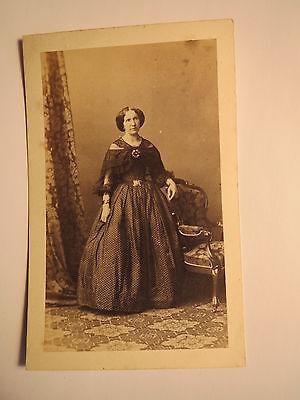 stehende Frau im Reifrock - Kulisse ca. 1860er Jahre / CDV