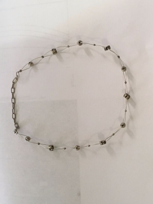 Choker Necklace with Small Flowers (Color: Silver)