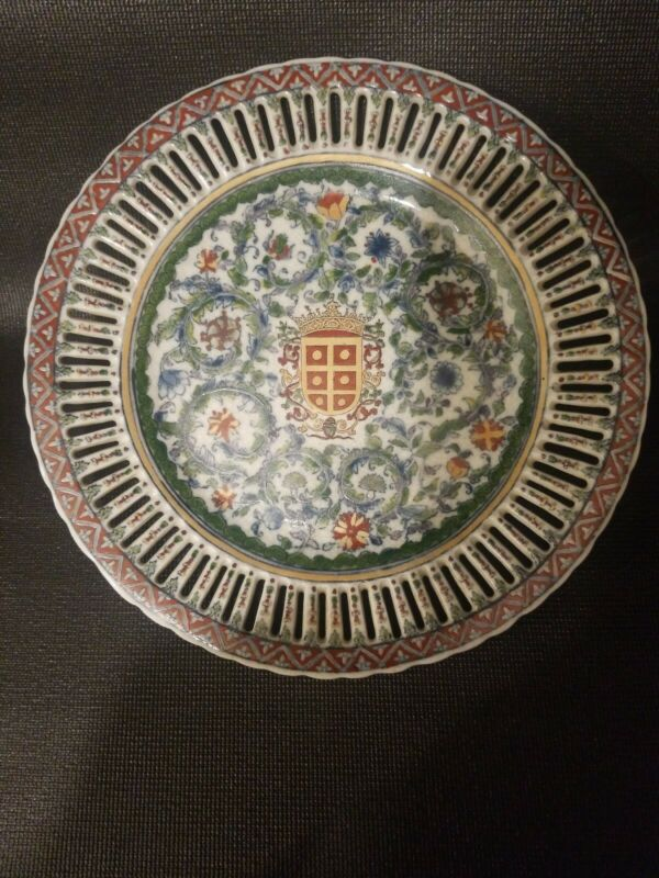 """JUWC United Wilson 1897 Coat of Arms and Floral Lattice 9.75"""" Wall Plate"""