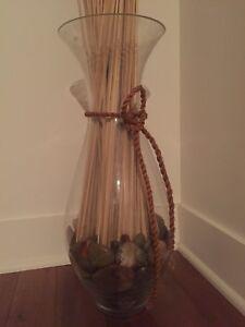 Vase avec roches et élément décoratif