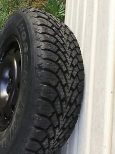 215 70 R15 Goodyear nordic winter comme neuf 13/32