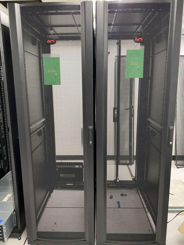 APC NetShelter SX Enclosure with Sides rack - 42U AR3100