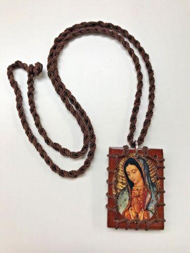 Collar Escapulario cafe cuadrado con la Virgen de Guadalupe