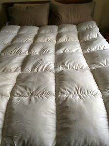 Queen size feather bed mattress topper