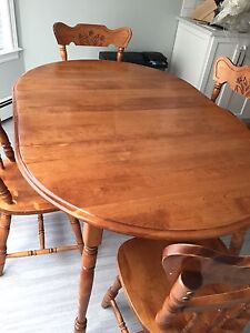 Kitchen dining table. Solid wood. Expandable with 2 leaves