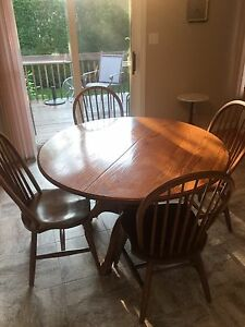 SOLID OAK PEDESTAL KITCHEN/DINING ROOM TABLE AND CHAIRS